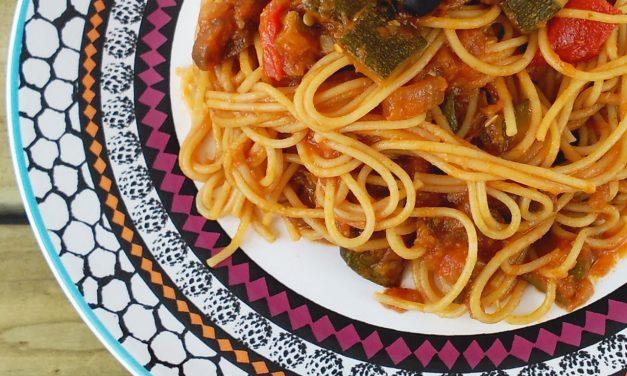 Espaguetis con salsa de verduras y alcaparras