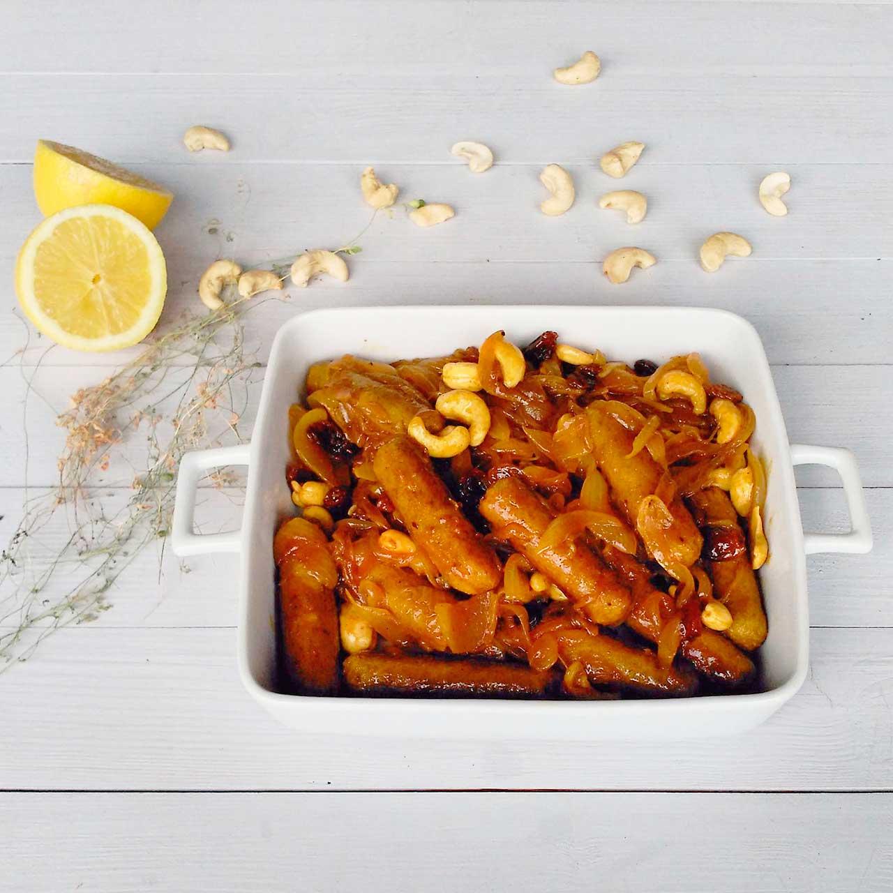 Mini salchichas de trigo sarraceno al curry con cebolla caramelizada