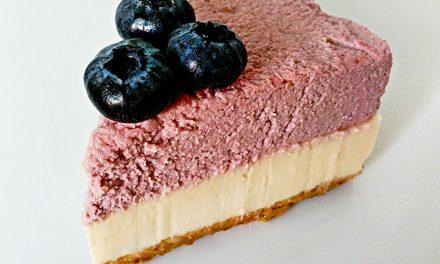 Pastel de yogur y mousse de fresas