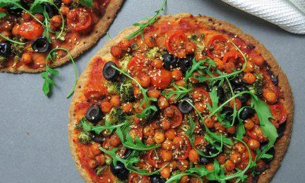 Pizza sin gluten con verduras y garbanzos